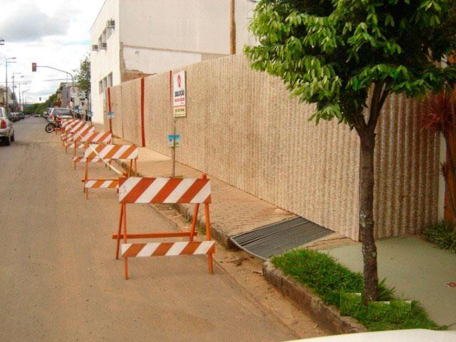 Tapume fixo para fechamento de áreas com portão